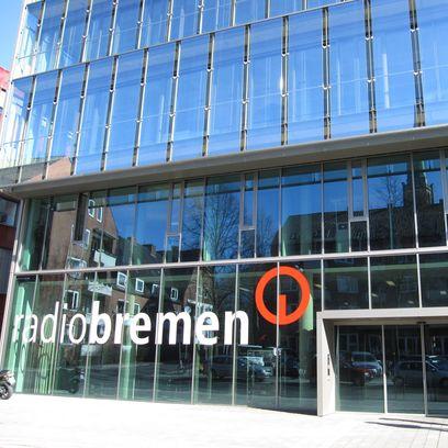 Eine Glasfassade mit dem Schriftzug 'Radio Bremen'; Quelle: protze + theiling GbR