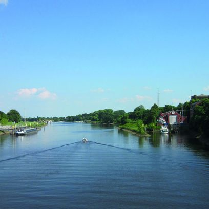 Blick von einer Brücke über den Lauf der Weser