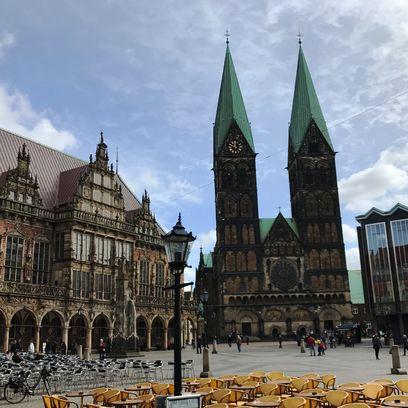 Blick auf Rathaus, Dom und Bürgerschaft auf dem Bremer Marktplatz. Quelle: privat / JUA