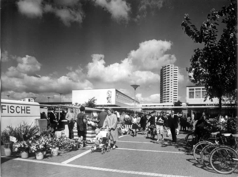 Menschen auf einem Wochenmarkt in der Vahr; Quelle: bremer zentrum für baukultur (b.zb)