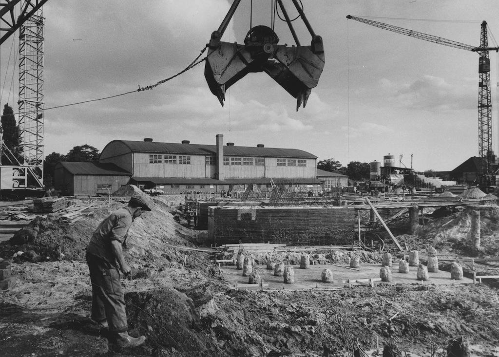 Eine Baustelle, im Hintergrund eine Sporthalle, Schwarz-Weiß-Fotografie; Quelle: Staatsarchiv Bremen
