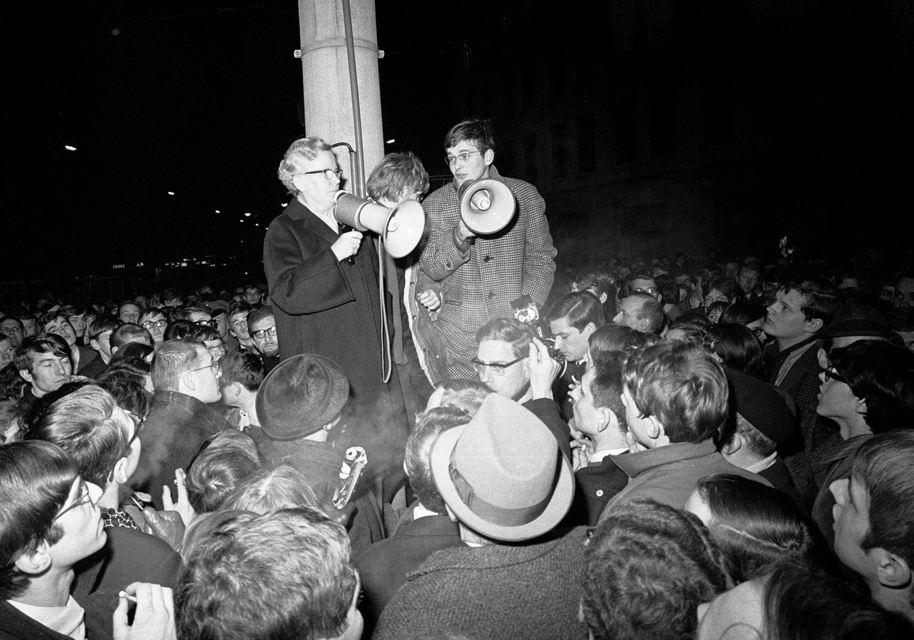Menschen demonstrieren in der Nacht; Quelle: Landesinstitut für Schule (LIS)/Jochen Mönch