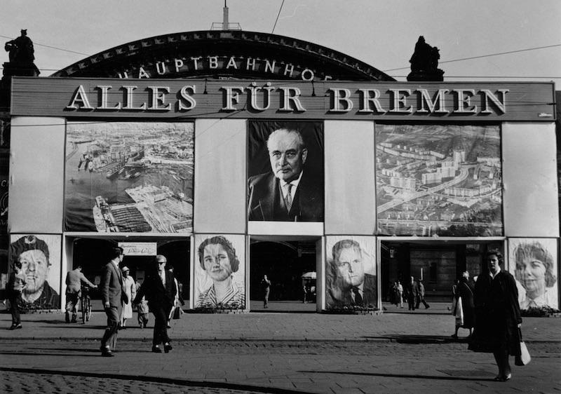 Große Werbetafeln vor dem Hauptbahnhof; Quelle: Staatsarchiv Bremen