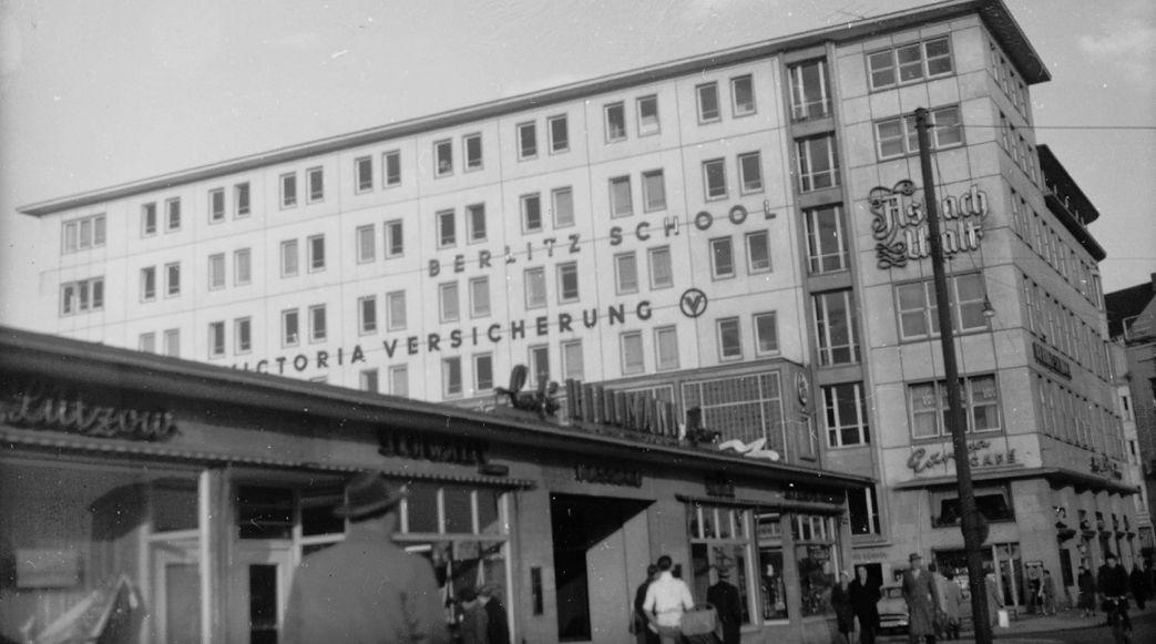Ein Café, im Hintergrund ein Bürogebäude, Schwarz-Weiß-Fotografie; Quelle: Staatsarchiv Bremen