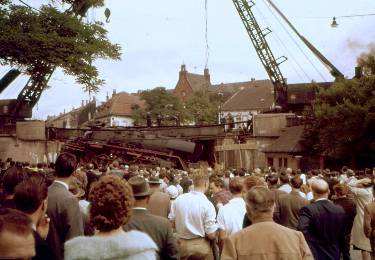 Eine alte Dampflokomotive liegt seitlich auf den Trümmern eines Bauwerks; Quelle: Peter Mertsch