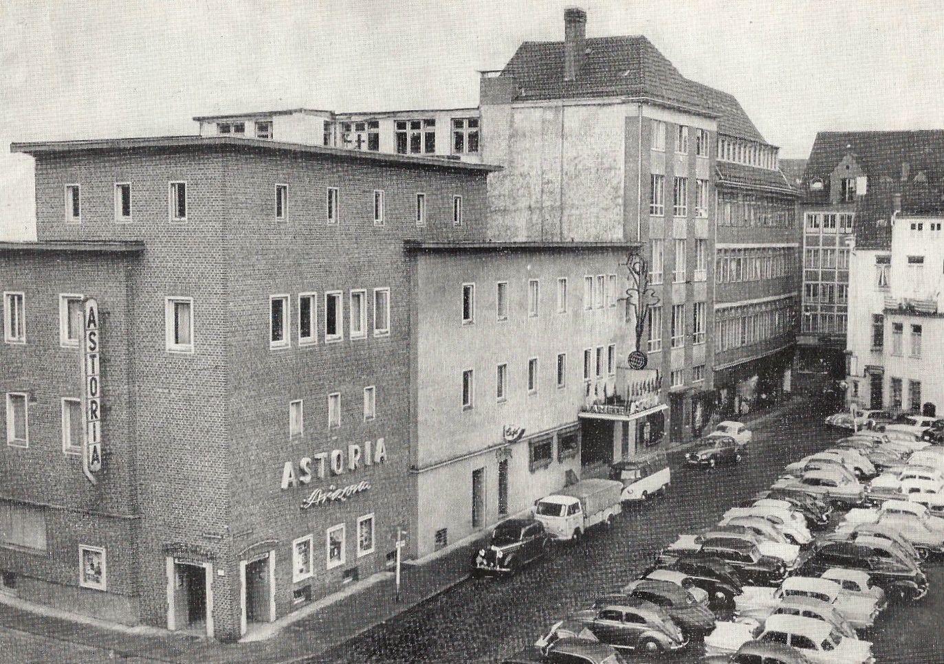 """Blick auf ein Büro-Gebäude mit der Aufschrift """"Astoria"""", Schwarz-Weiß-Fotografie; Quelle: Astoria Theater Bremen"""