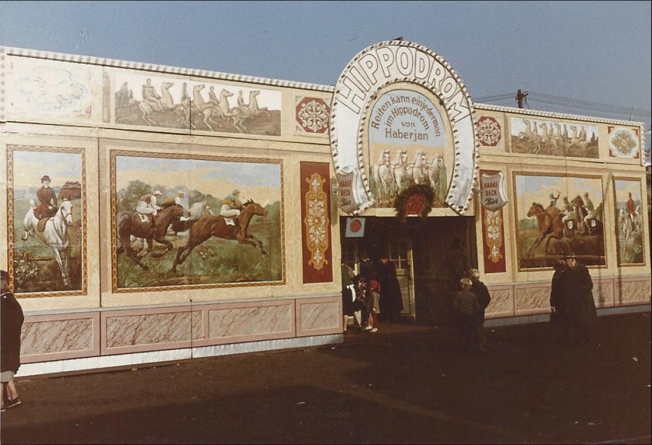 Blick auf den Eingang des Hippodroms Haberjan; Quelle: Familie Porsch