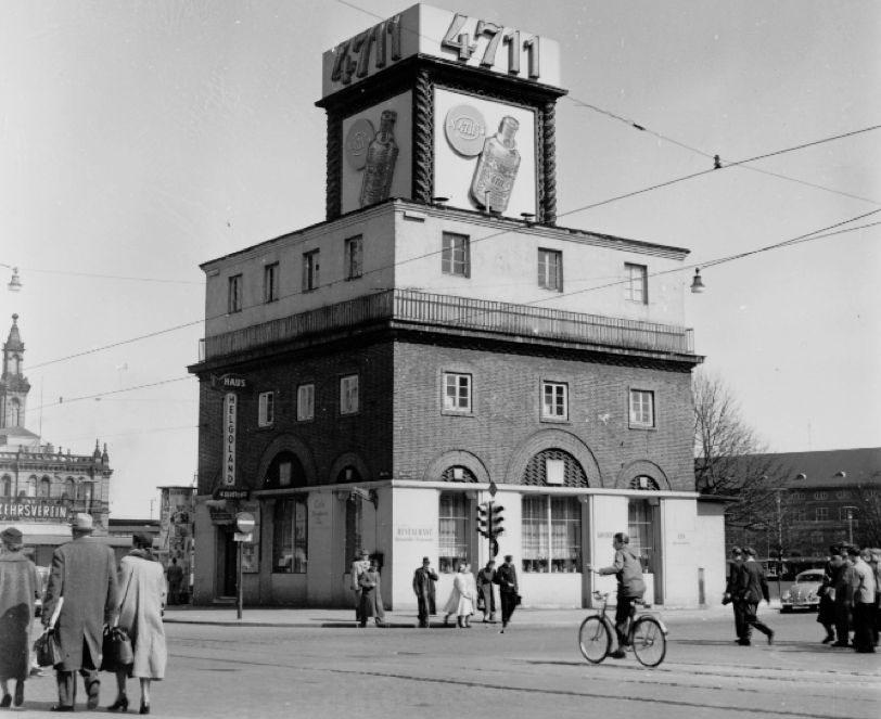 Ein kubusförmiges Gebäude auf einem öffentlichen Platz, Schwarz-Weiß-Fotografie; Quelle: Staatsarchiv Bremen