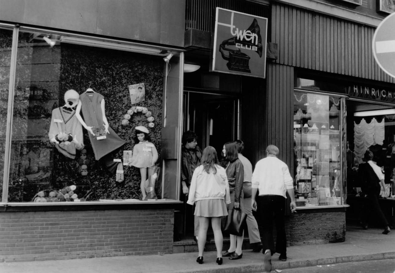 Junge Menschen am Eingang eines Clubs; Quelle: Staatsarchiv Bremen