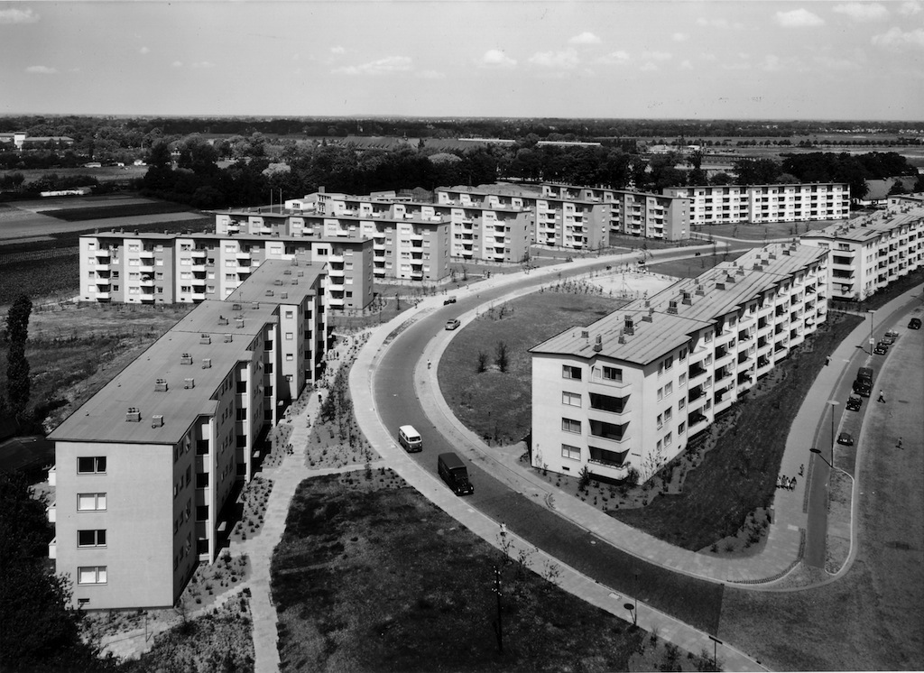 Blick auf eine Neubausiedlung mit Mehrfamilienhäusern, Schwarz-Weiß-Fotografie; Quelle: Hed Wiesner