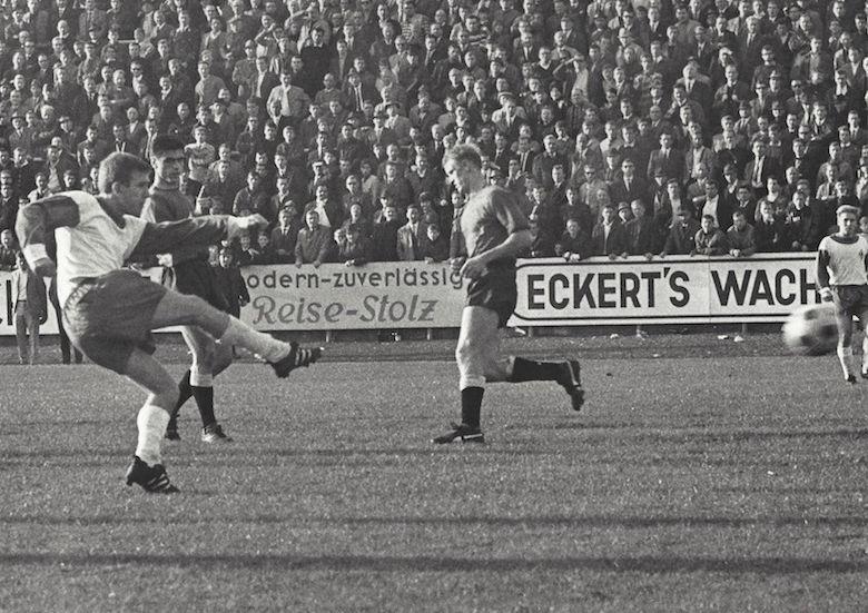 Ein Fußballspieler schießt den Ball; Quelle: Gerhard Zebrowski