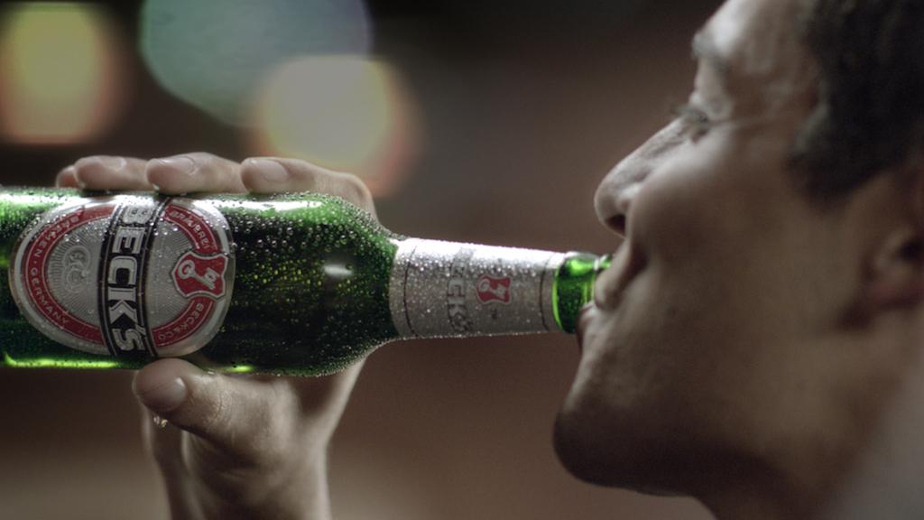 Ein Mann trinkt Bier einer in Bremen ansässigen Brauerei; Quelle: Anheuser-Busch InBev