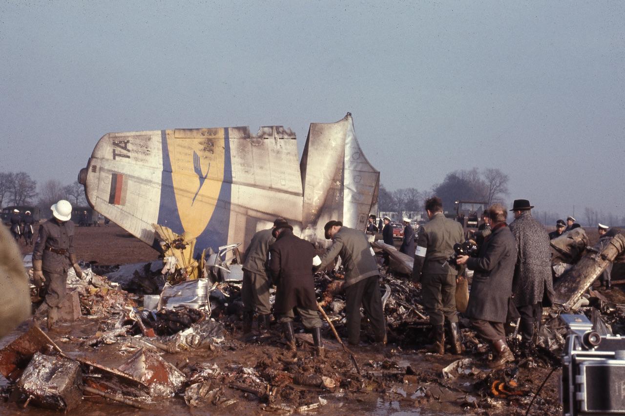 Menschen durchsuchen Trümmer eines Flugzeugs der Lufthansa; Quelle: Staatsarchiv Bremen