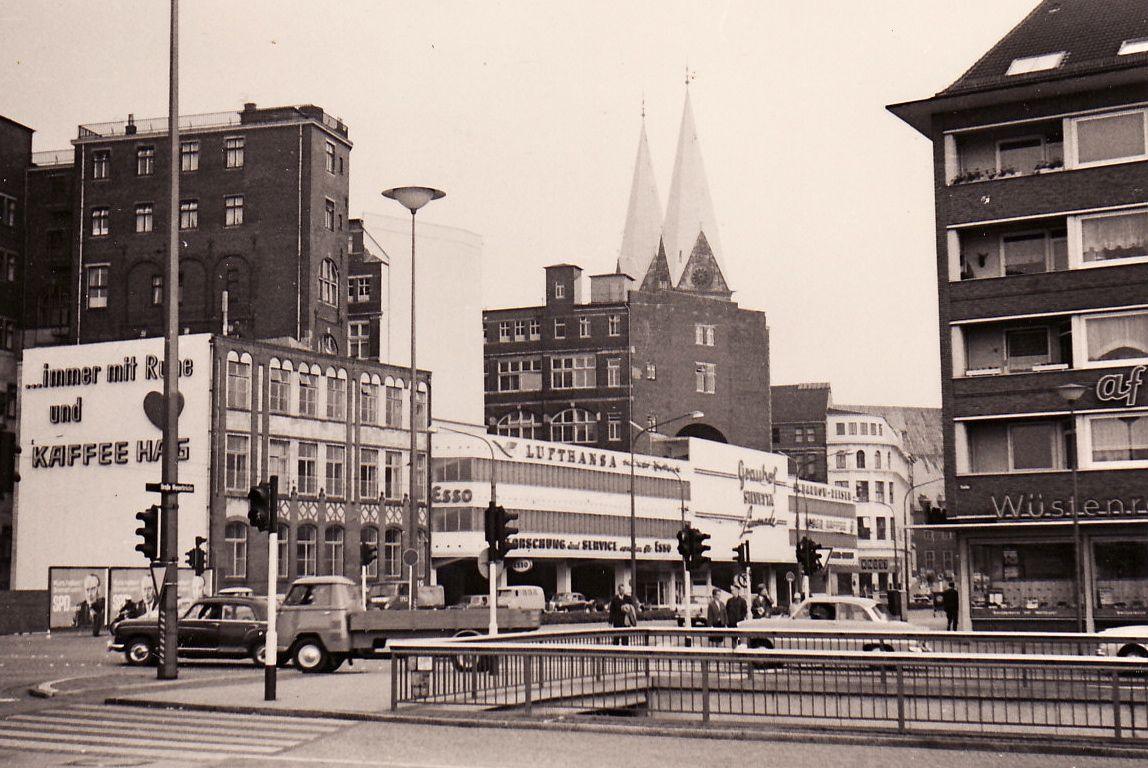 Heute nicht mehr bestehende Gebäude dominieren den Platz, der heute den Knotenpunkt Domsheide beherbergt; Quelle: Bärbel Jonas / Fotonachlass Weber
