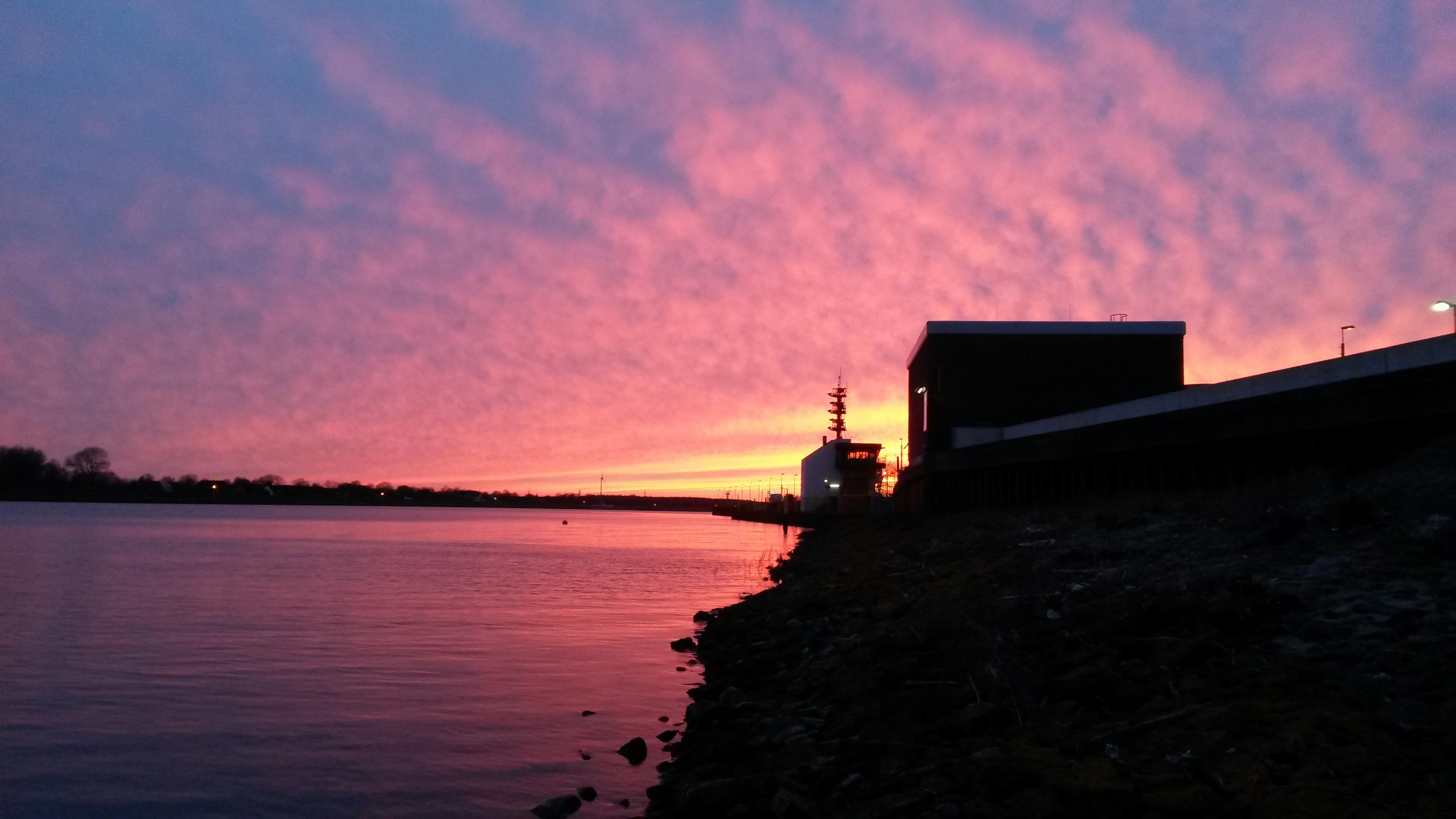 Blick aufs Wasser während eines leuchtenden Sonnenuntergangs; Quelle: privat/MDR