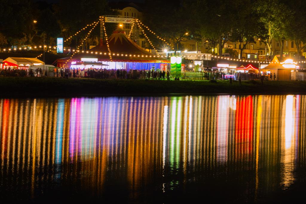 Bunte Lichter spiegeln sich in der Weser