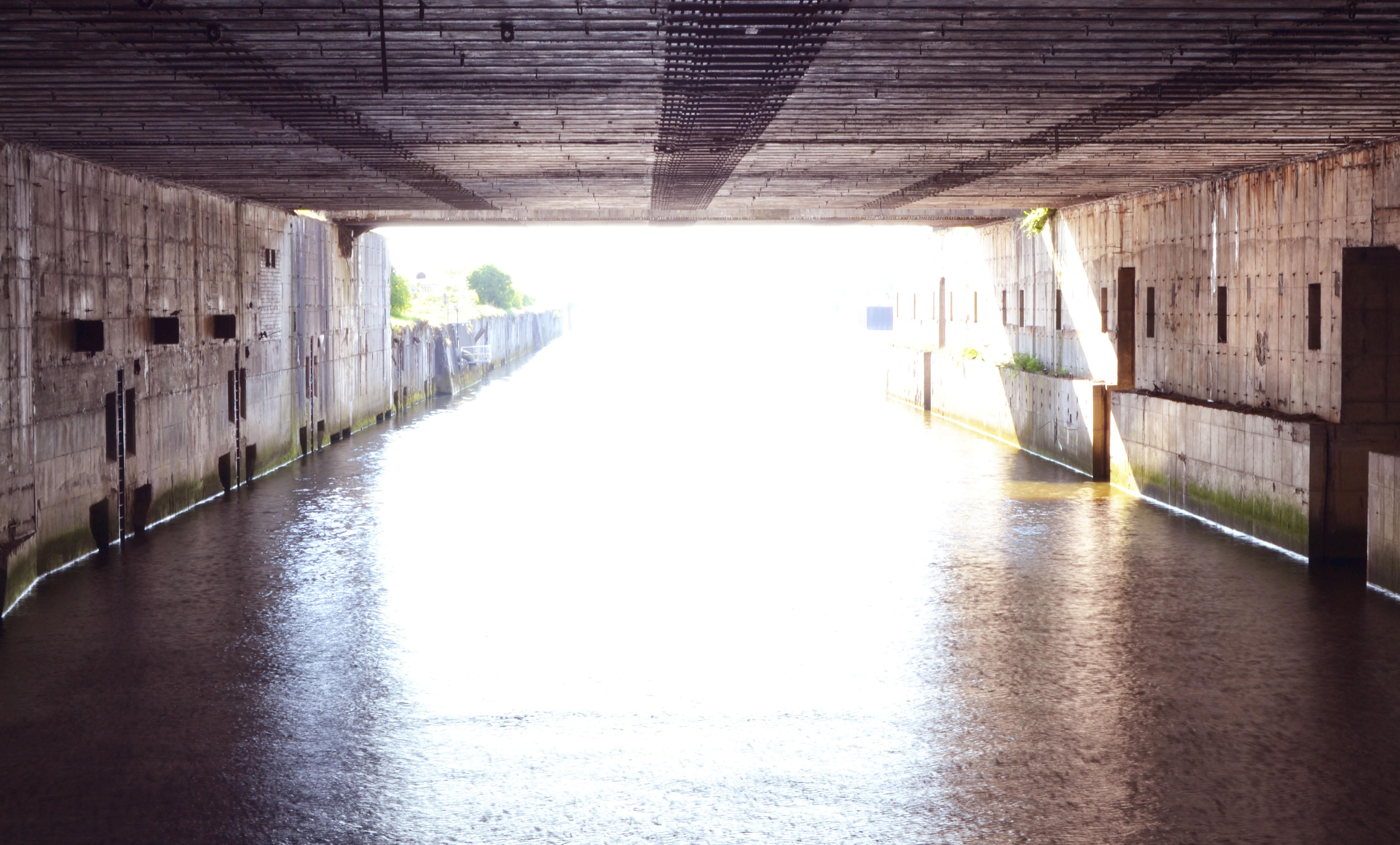 Innenansicht eines riesigen Betonbaus über einer Wasserfläche; Quelle: WFB/bremen.online - MDR