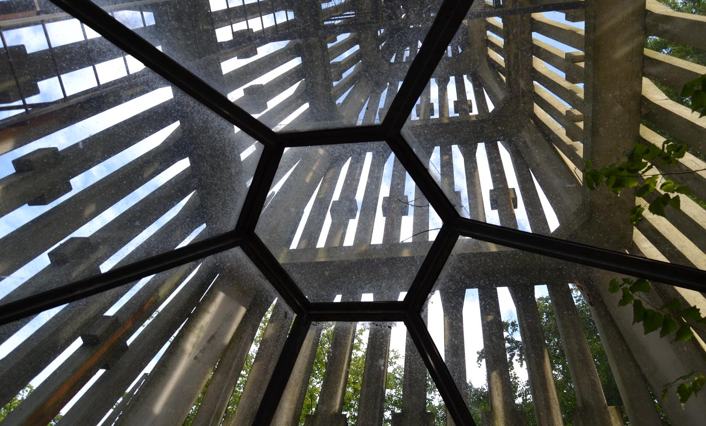 Ein Ausblick nach oben durch die verglaste Unterseite des Baus.