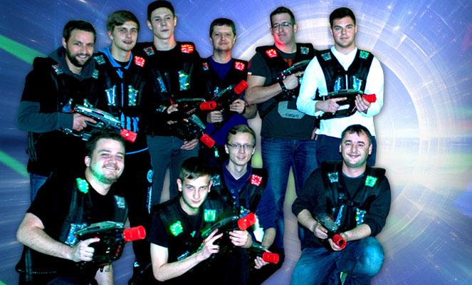 Eine Gruppe von zehn Männern posiert in Lasertag-Ausrüstung.