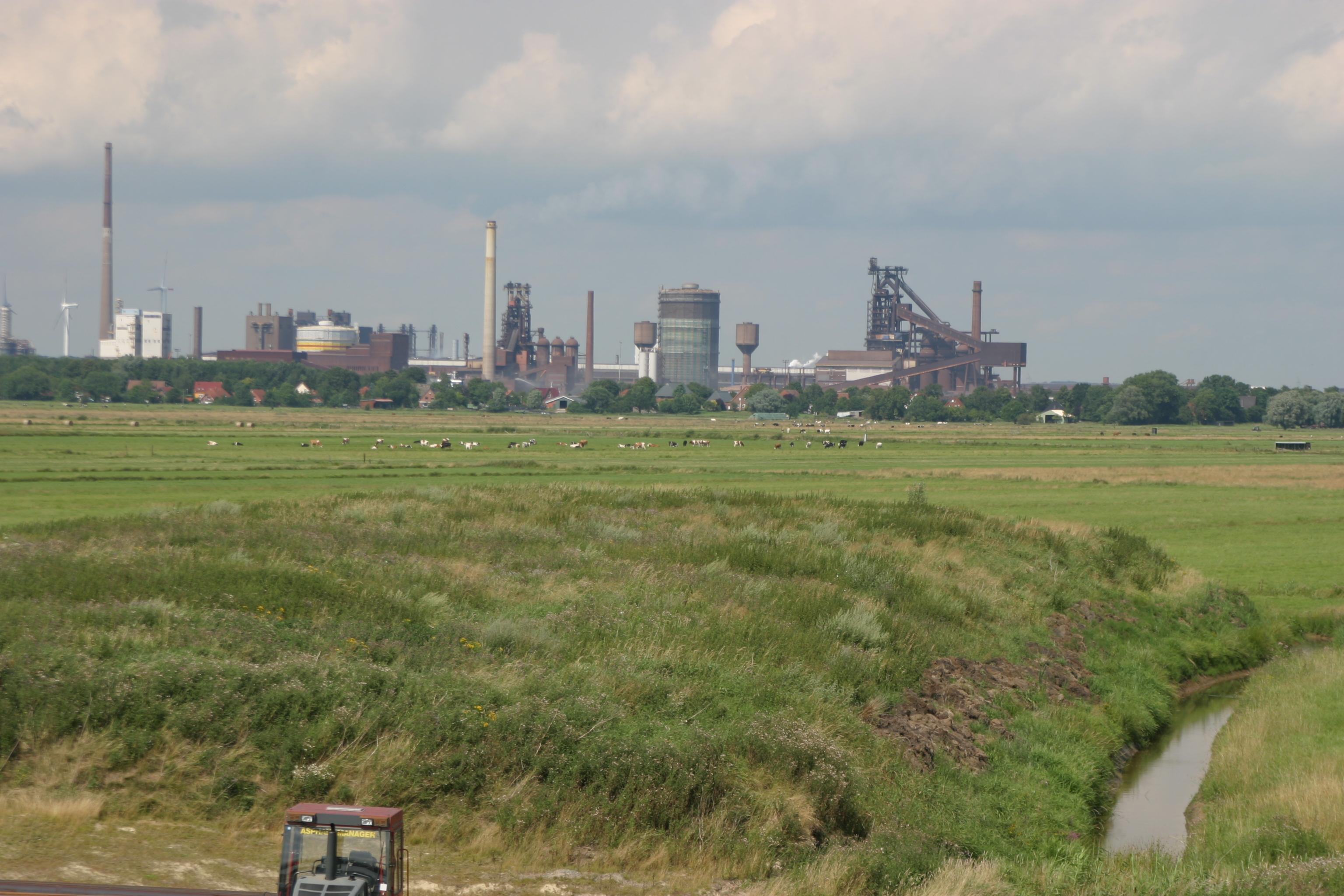 Weitläufige Wiesen, im Hintergrund Industrieanlagen; Quelle: Ortsamt Seehausen