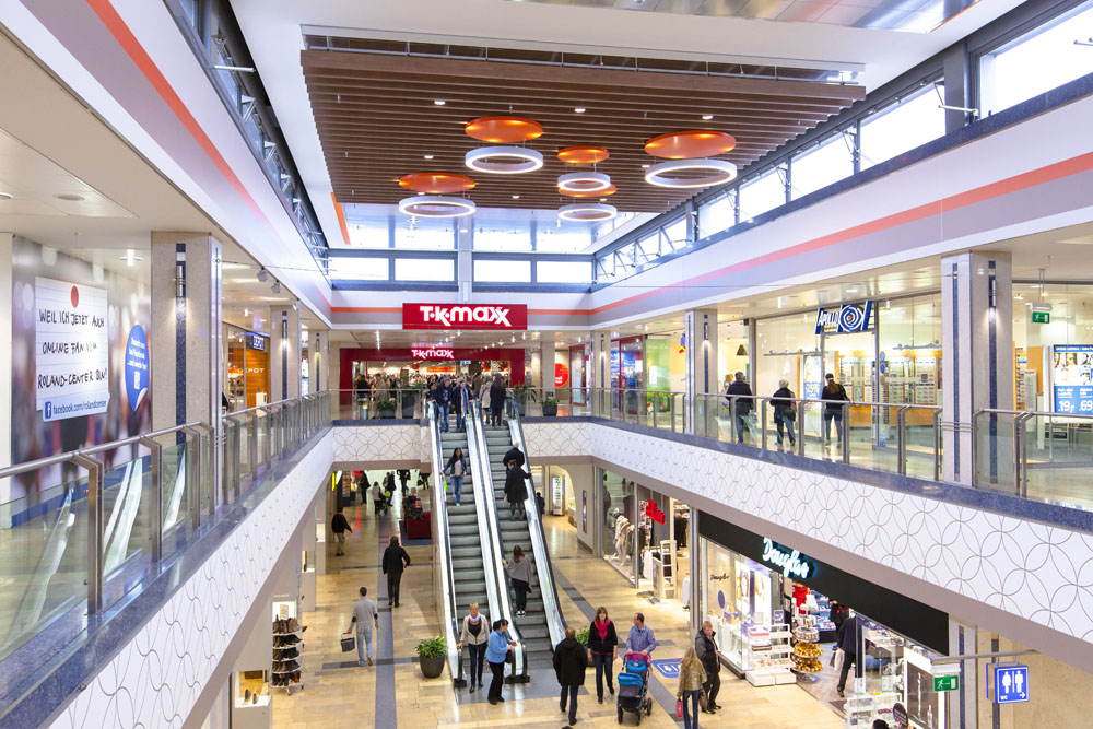 Innenaufnahme des Roland Centers mit Menschen beim Shopping