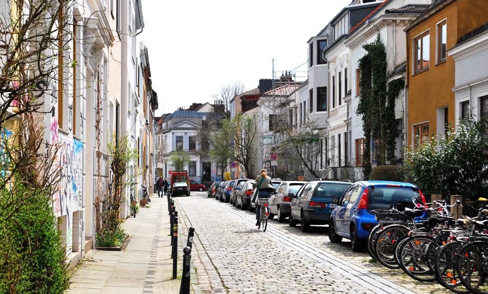 Blick in eine kleine häusergesäumte Straße im Viertel