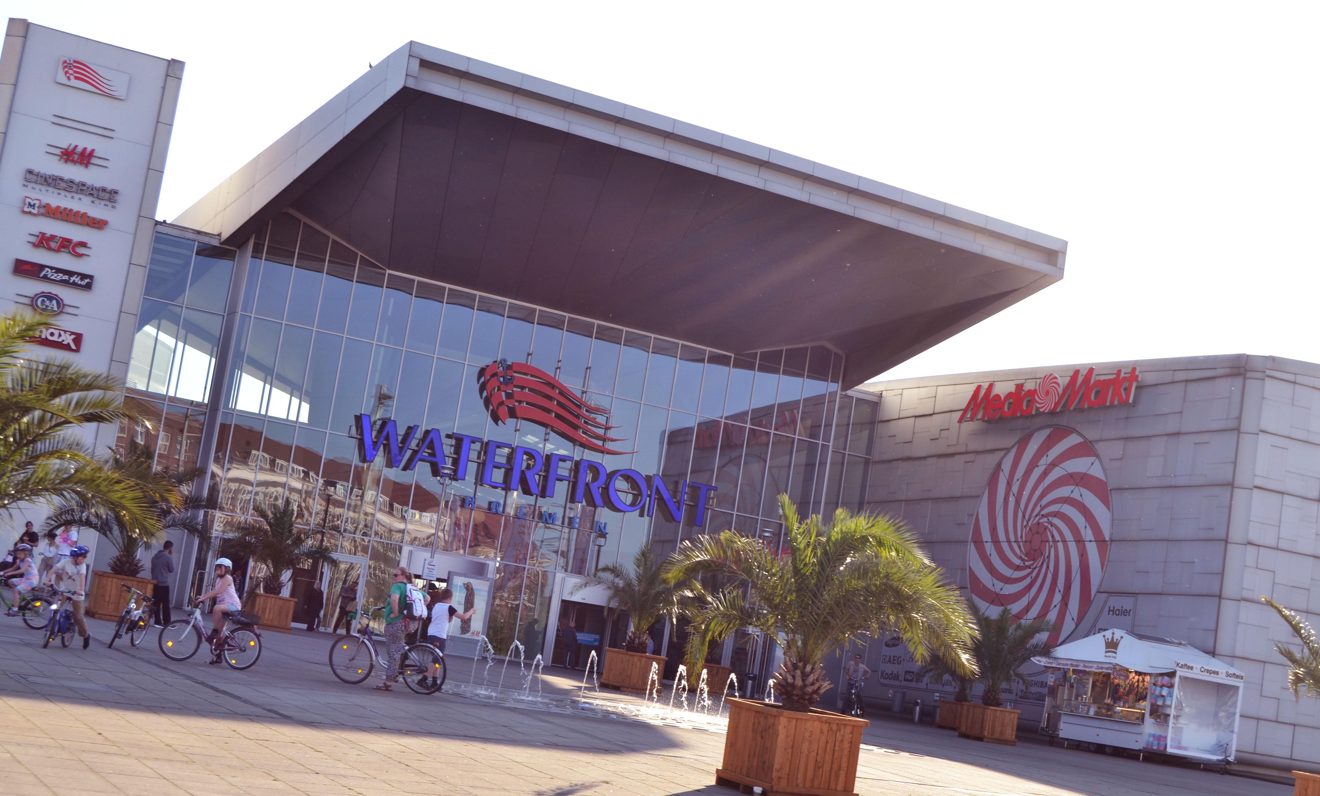 Eingangsbereich mit sehr großer Glasfront, darüber der Schriftzug 'Waterfront'; Quelle: WFB/bremen.online - MDR