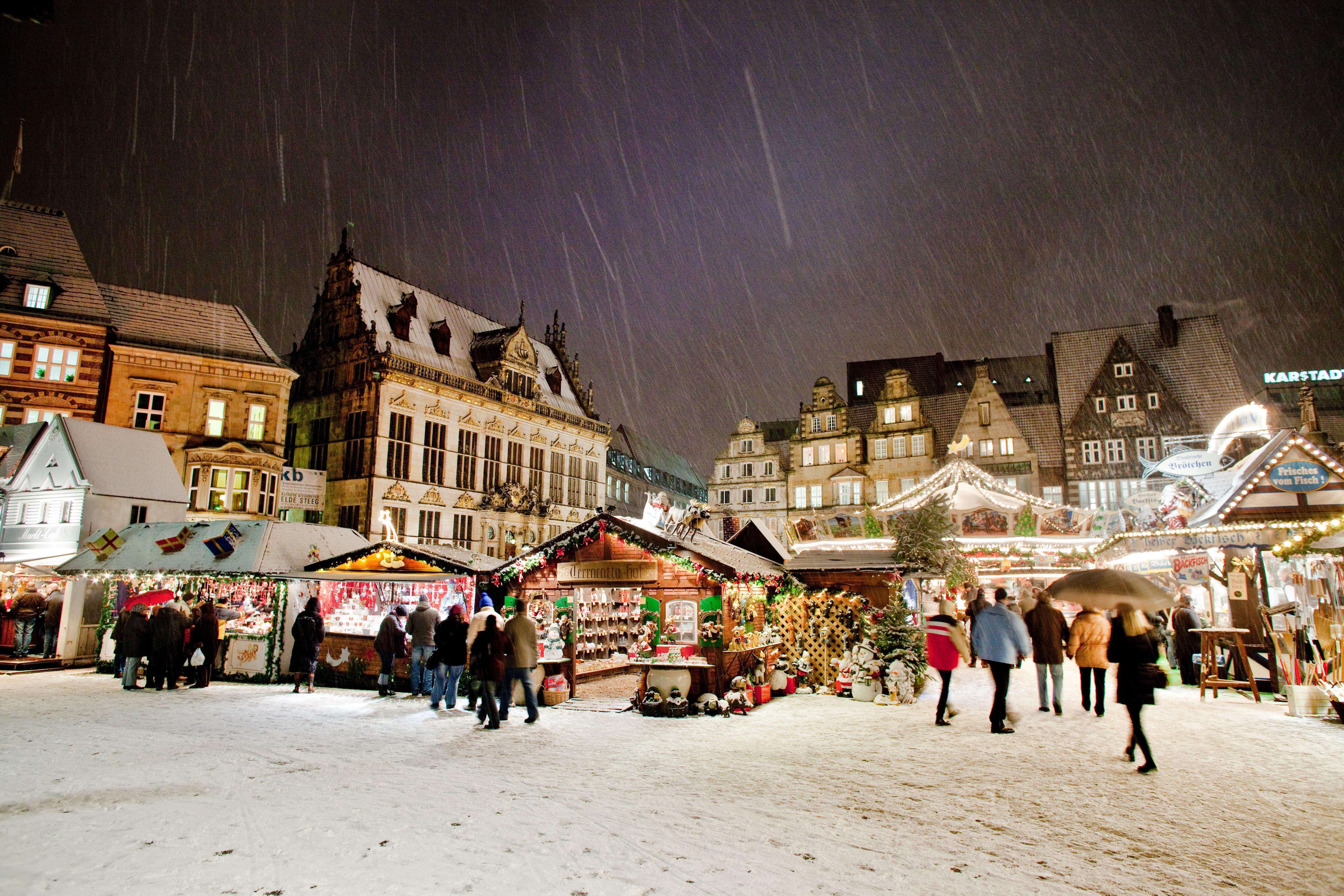 Weihnachtsmarkt bei Schneefall