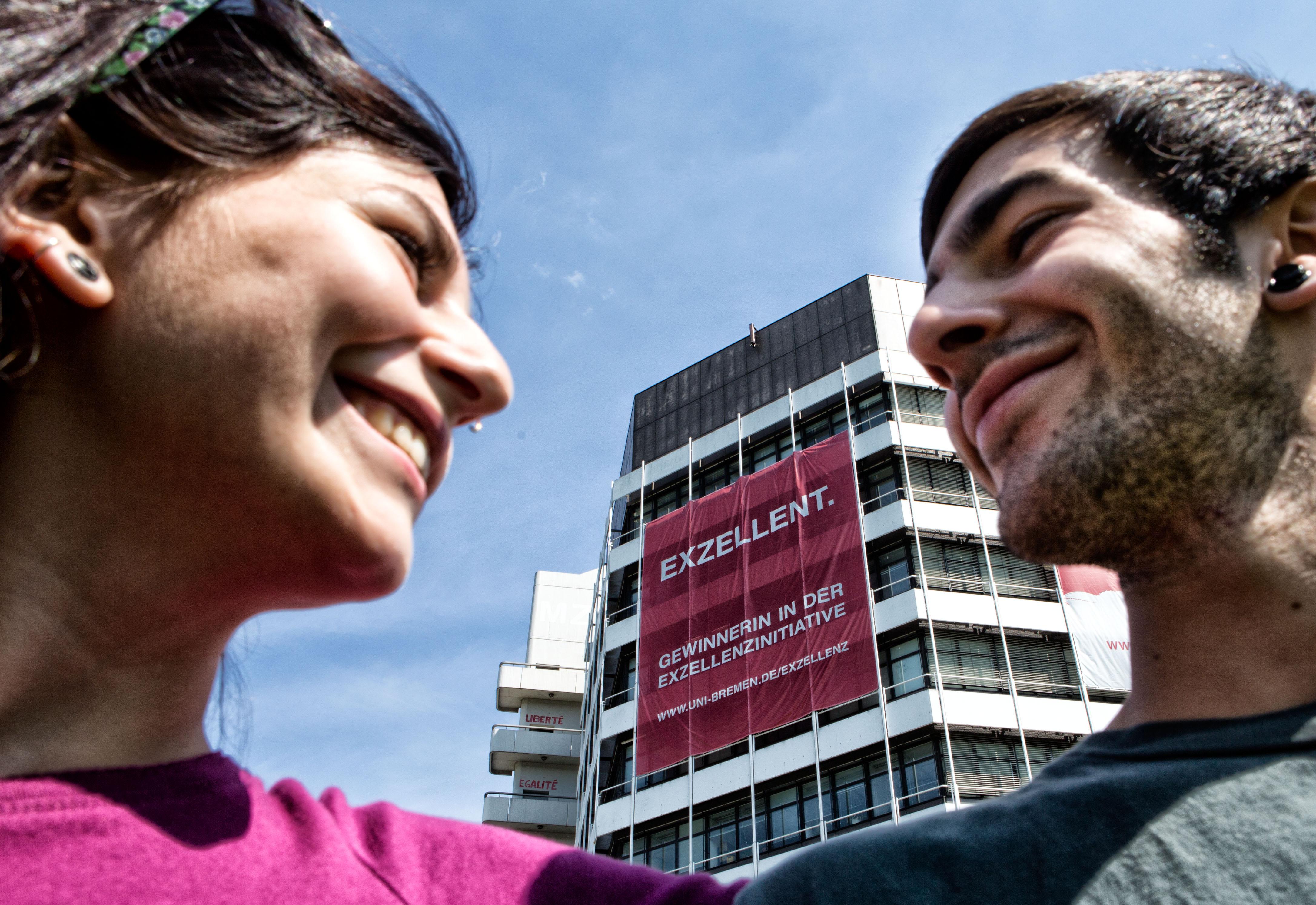 Zwei Studenten vor Universitätshochhaus