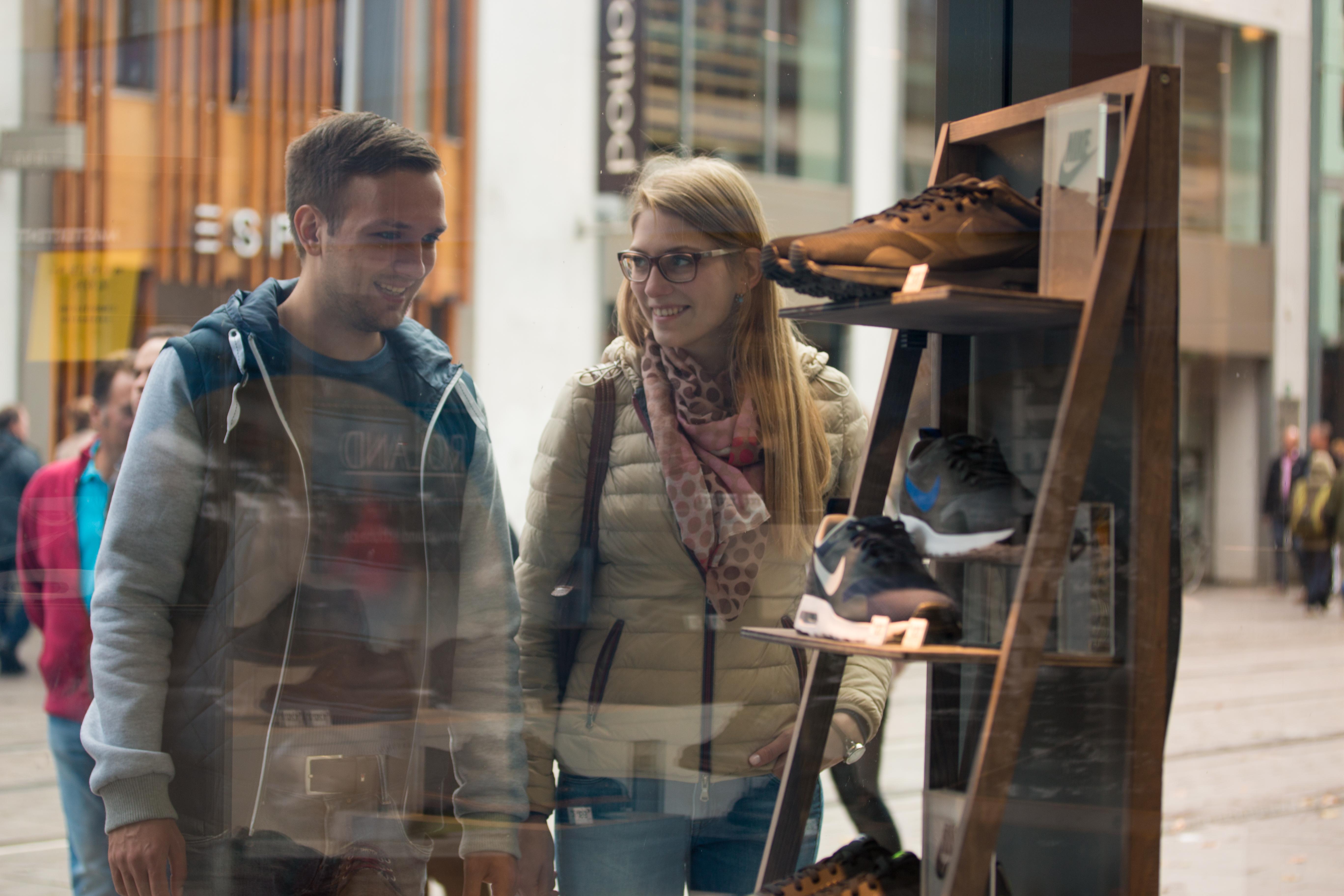 Ein Pärchen steht vor einem Schaufenster in der Obernstraße