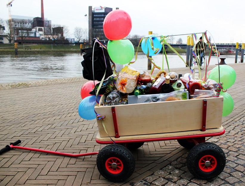 Ein geschmückter Bollerwagen an der Weser