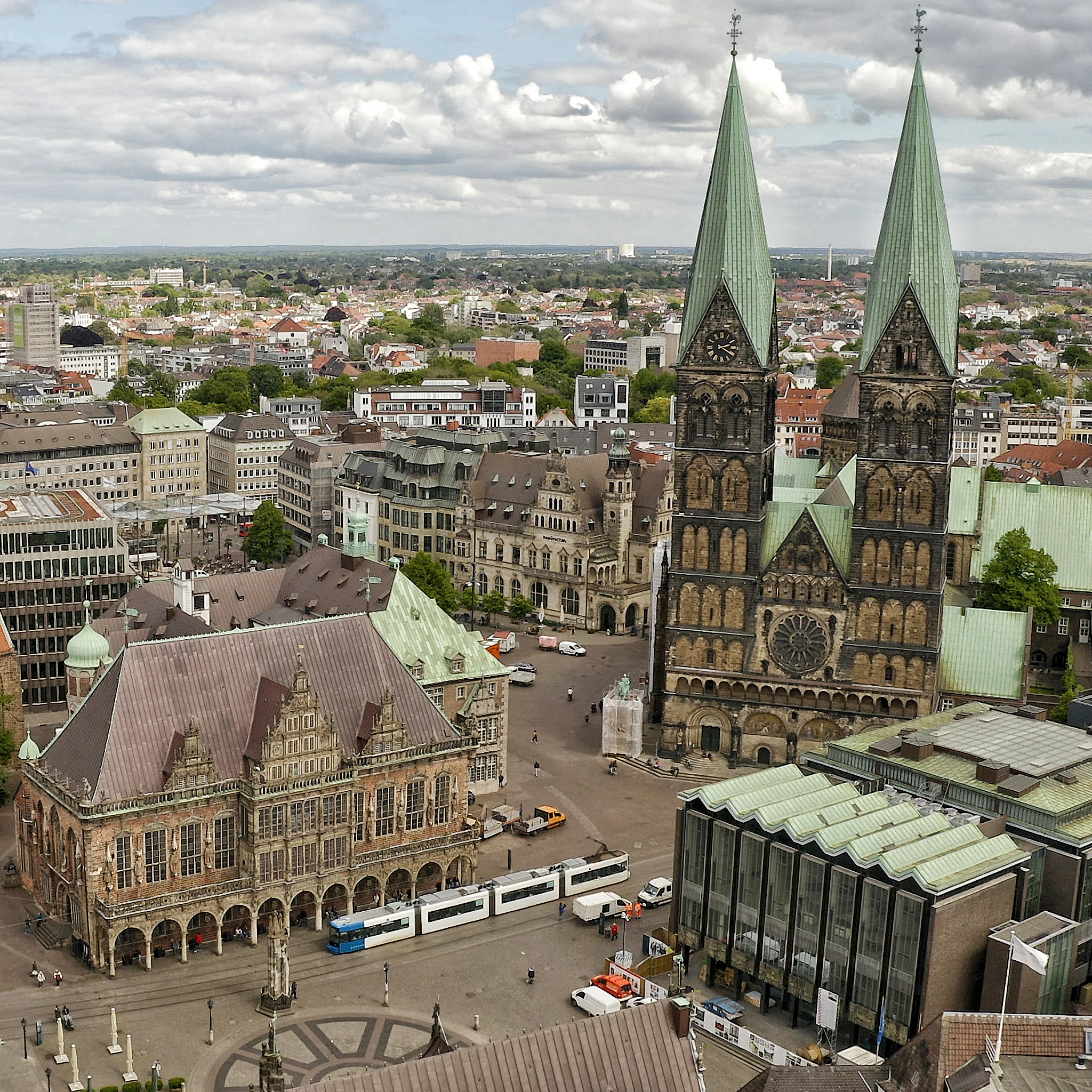Luftaufnahme vom Marktplatz mit Rathaus, Dom und Bürgerschaft