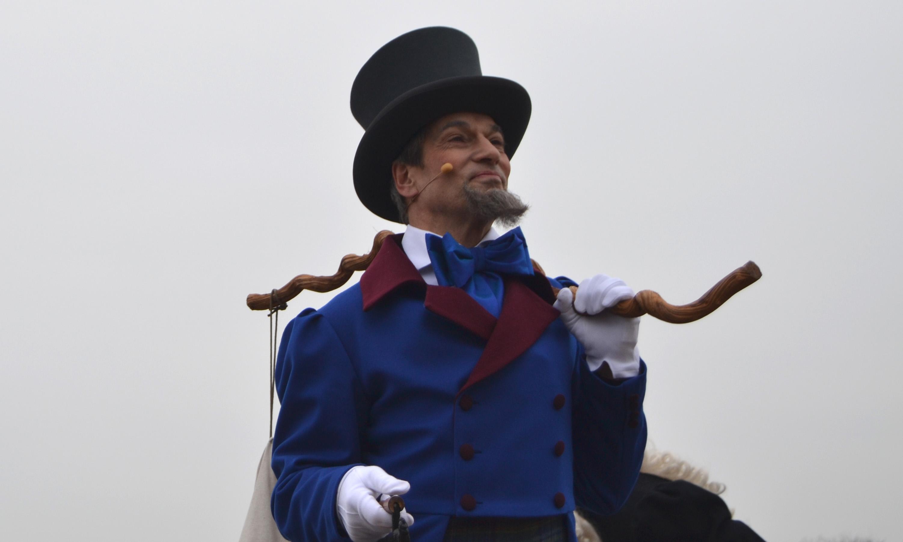Ein Schaulspieler mit Ziegenbart, Zylinder, Wanderstock und blauem Gewand; Quelle: WFB/bremen.online - MDR