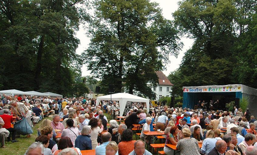 Zahlreiche Gäste genießen die Atmosphäre beim Sonntag im Park.
