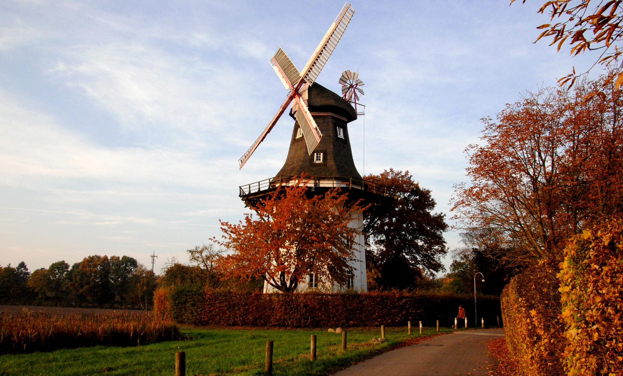 Eine Mühle in einer herbstlichen Landschaft