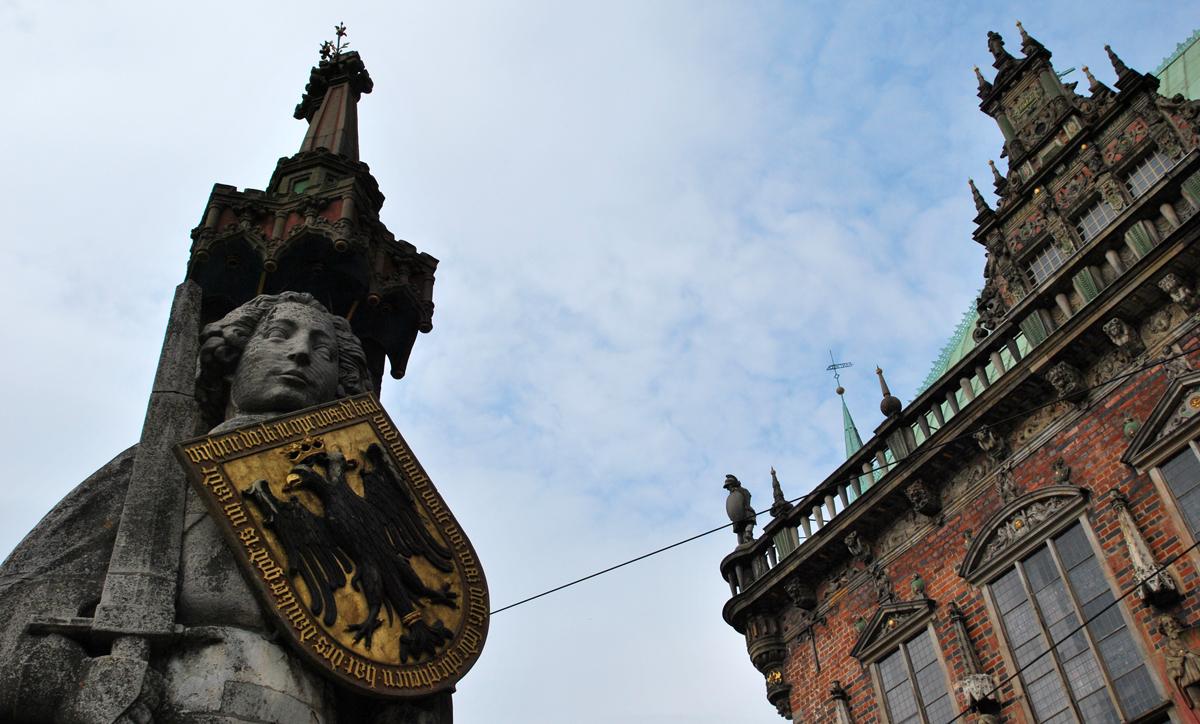 Nahaufnahme der steinernen Roland-Figur gegenüber des Rathauses