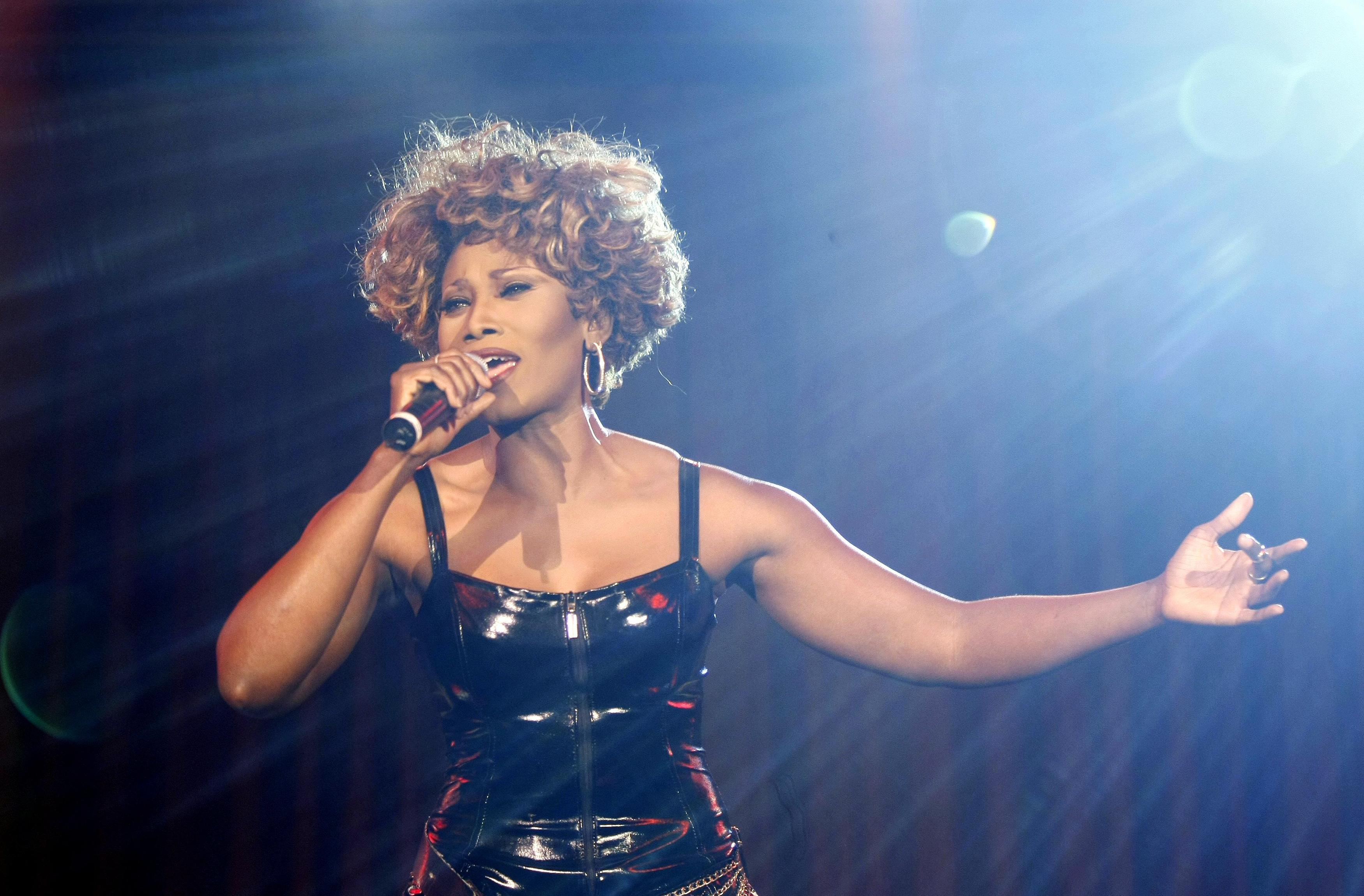 Die Musical-Darstellerin als Tina Turner auf der Bühne