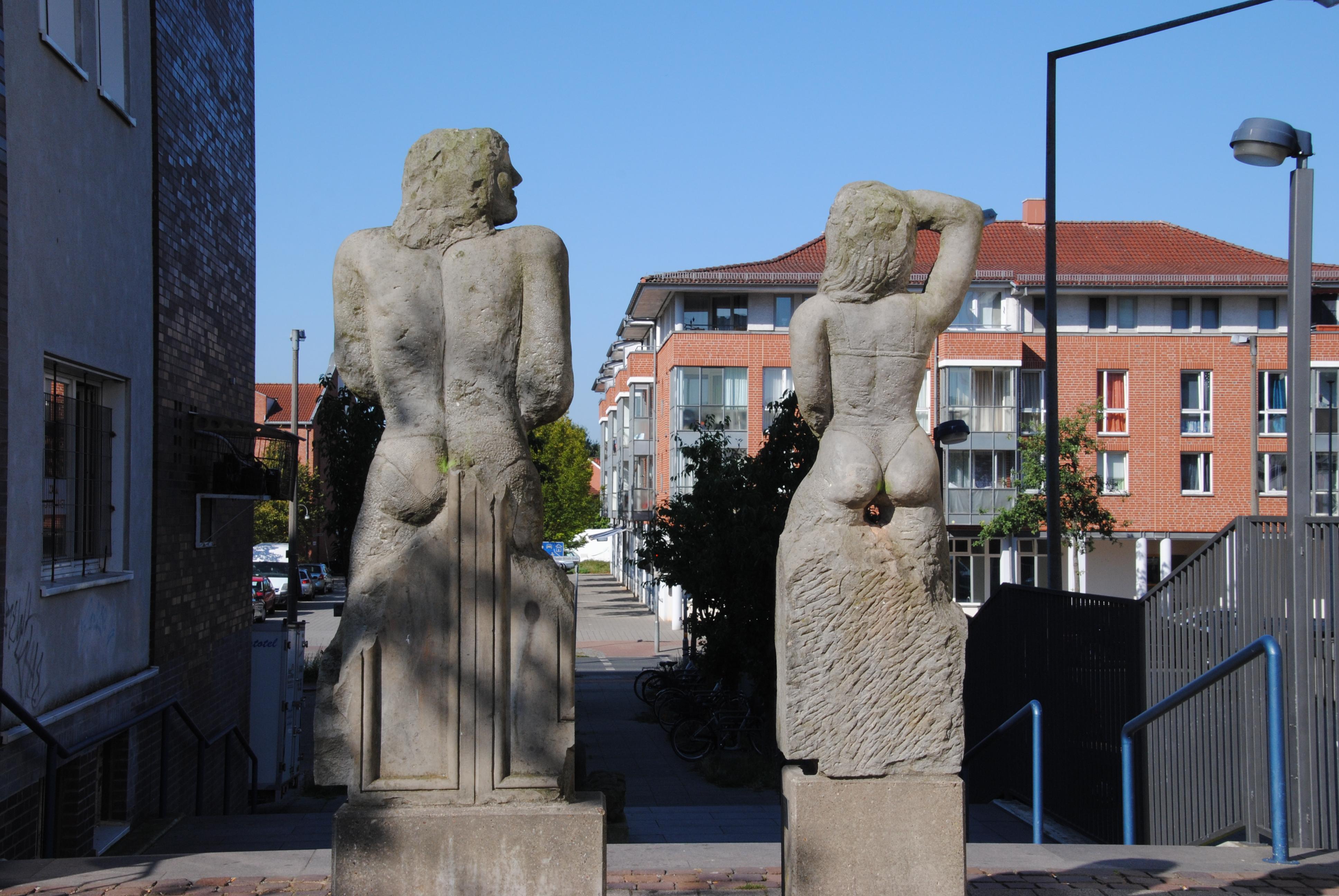 Skulpturen aus Sandstein in Lebensgröße
