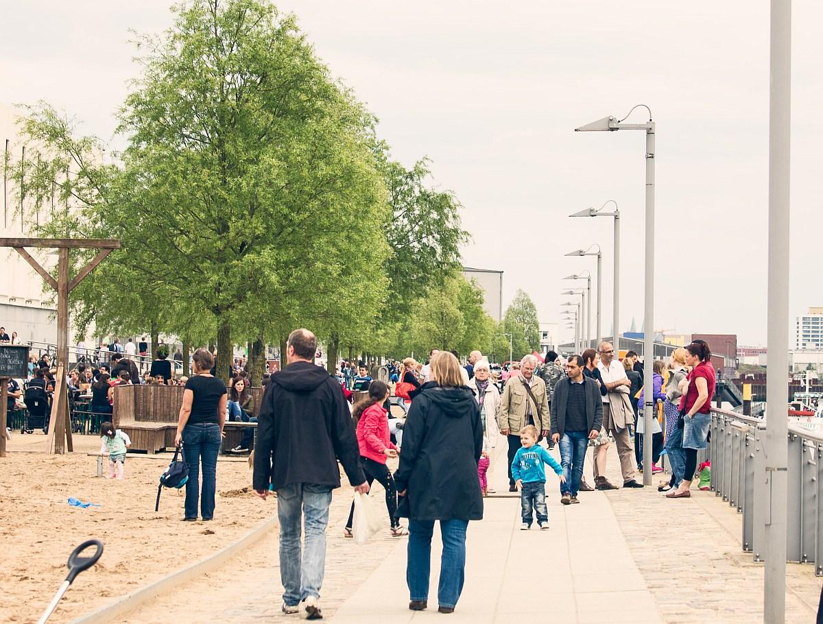 Viele Menschen schlendern am Weserufer entlang