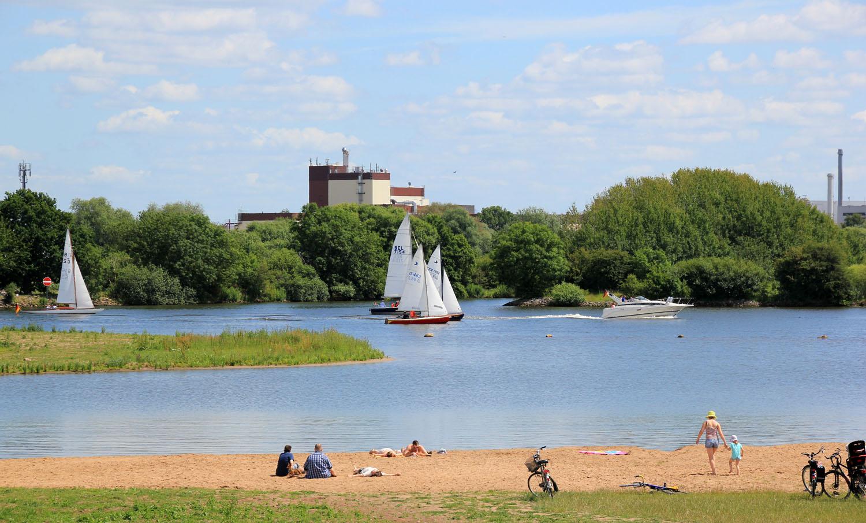 Ein Bild von der Uferaue Habenhausen, ein Badebereich der Weser mit Sandstrand.
