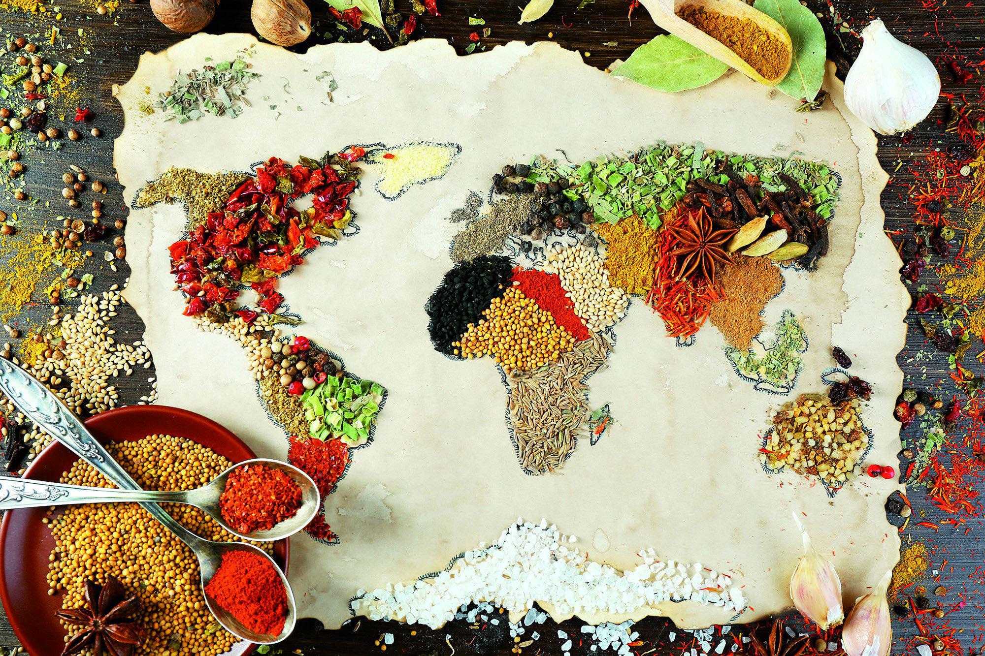 Eine Weltkarte gelegt aus Gewürzen.