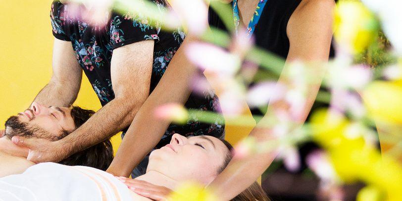 Ein Pärchen bei einer Massage im Badehaus Bremen