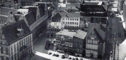 Blick auf den Bremer Marktplatz Richtung Westen, Schwarz-Weiß-Fotografie; Quelle: Nils Aschenbeck/Hans Werner Krysl