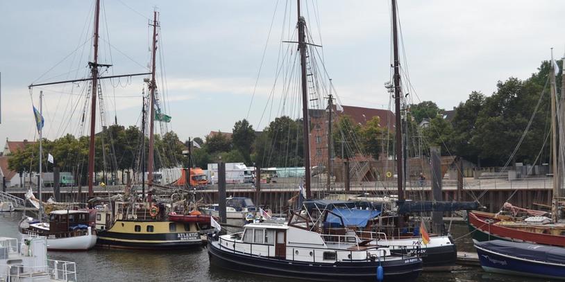 Mehrere Schiffe in einem Hafen.
