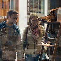 Ein Pärchen beim Einkaufsbummel in der Innenstadt