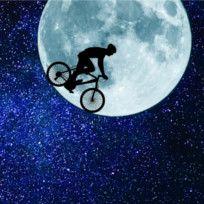 Ein Radfahrer fährt auf dem Mond Fahrrad.
