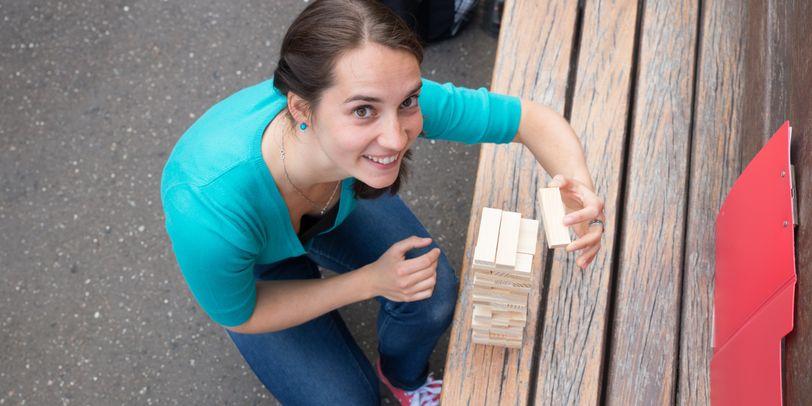 """Eine Teilnehmerin der """"Städteschatzsuche"""" beim Lösen einer Aufgabe"""