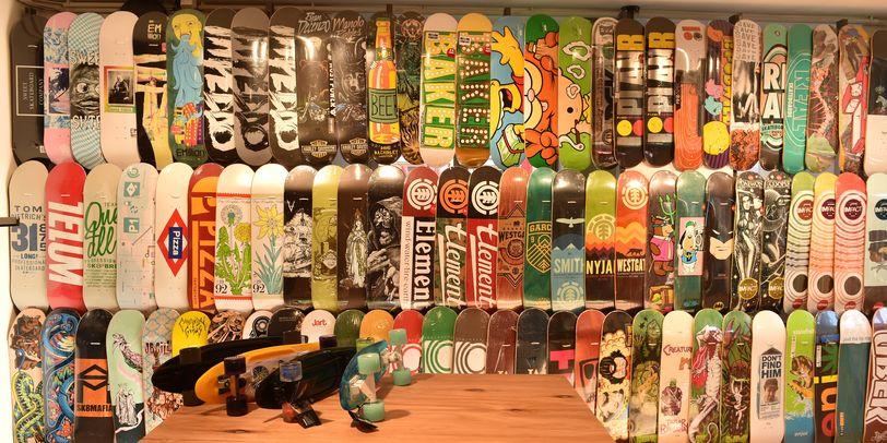 Viele bunte Bretter zum Skateboarden stehen zum Verkauf.