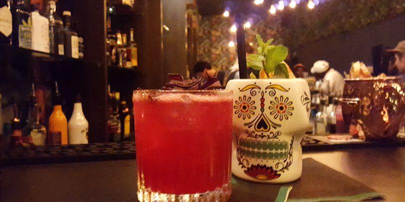 Zwei Cocktailgläser auf einer Theke