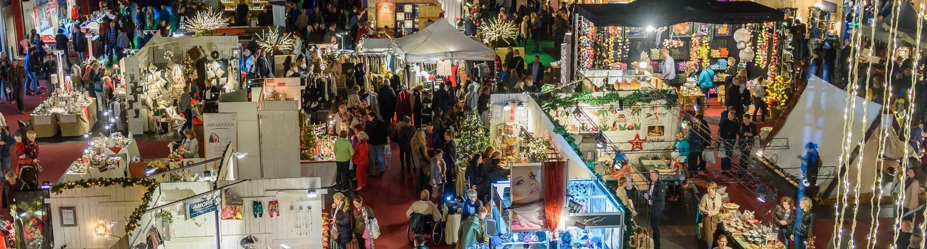 Blick von oben in eine weihnachtliche Messehalle